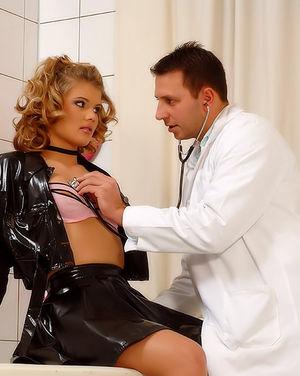 Хитрый врач исследовал все дырочки блондинки 0 фото