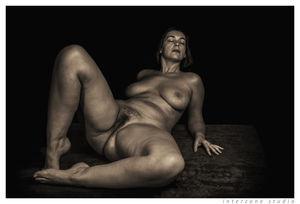 Черно-белое фото зрелки с широкими бедрами 15 фото
