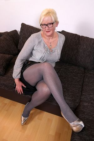 Немецкая бабуля встала раком в колготках