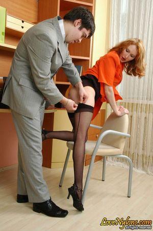 Русская секретарша в чулках занялась сексом со своим начальником 15 фото
