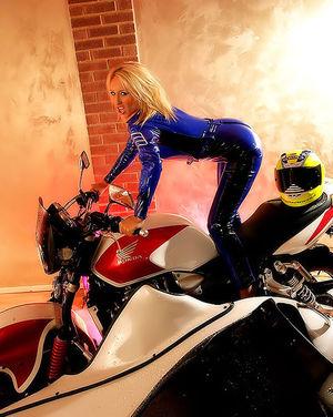 Белокурая мотоциклистка расстегнула свой костюм 0 фото