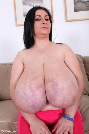 Темноволосая толстуха с огромной грудью с венами. 5 фото