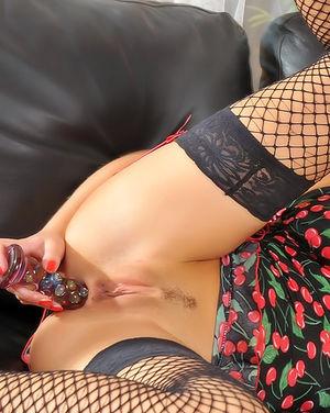 Рыжая кудряшка в чулках дает в задницу 2 фото