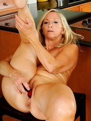 Сексуальная старушка мастурбирует на кухне 0 фото