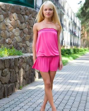 Блонда светит розовой пиздой на улице 2 фото