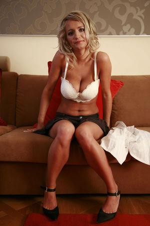 Белокурая деваха с обвисшей грудью. 4 фото