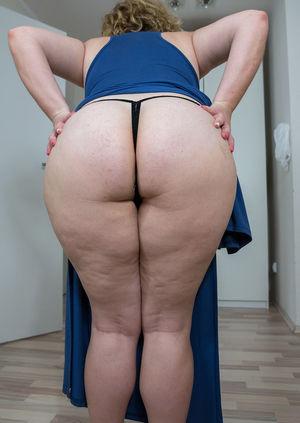 Зрелая толстуха показывает свои огромные жирные титьки