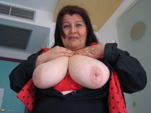 Жирная старая баба мастурбирует с помощью большого кабачка 2 фото