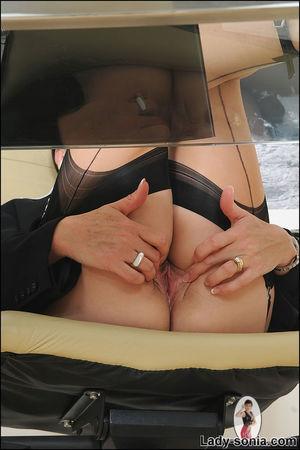 Сексапильная секретарша в чулках решила уделить себе время 7 фото
