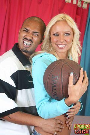 Блондинка приняла в свою киску огромный черный член 2 фото