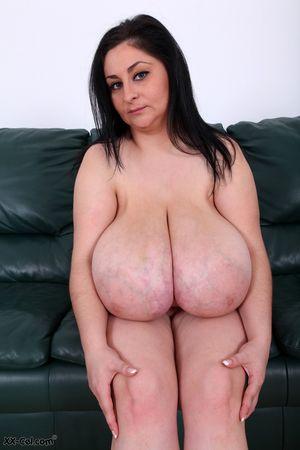 Пухлая женщина выставила сое вымя 22 фото