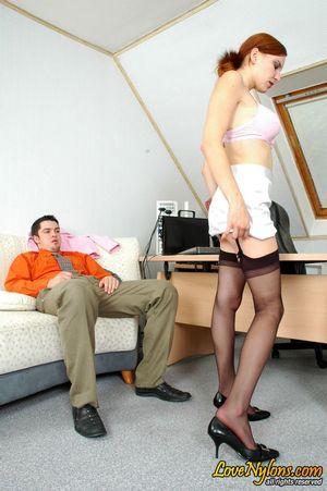 Выебал рыжую секретаршу в чулках 5 фото