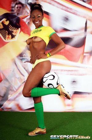 Красивая негритянка в футбольной форме 2 фото