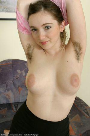 Красотка с натуральной грудью опять заросла