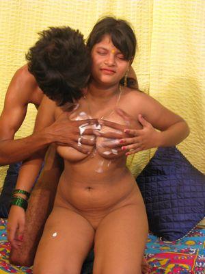 Индийская шмара с красивой грудью трахается 3 фото