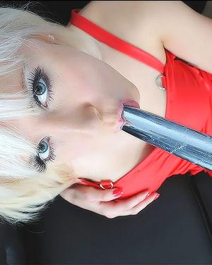 Блондинка в чулках кайфует от дрочки дилдо 7 фото