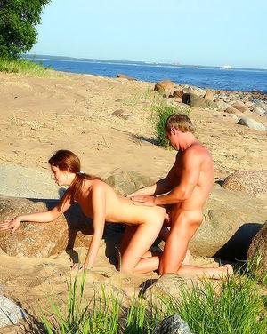 Нудисты трахаются на пляже 3 фото