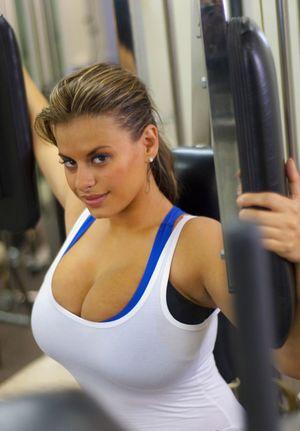 Спортивная деваха с большой грудью 6 фото