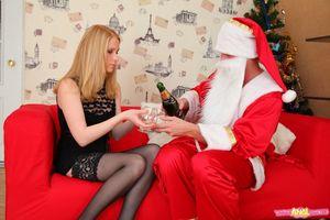 Блонда в чулках отдалась Деду Морозу 12 фото