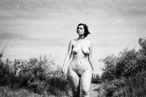 Черно-белое фото зрелки с широкими бедрами 9 фото