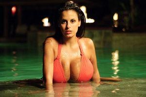 Телка с большими буферами плавает в бассейне 6 фото