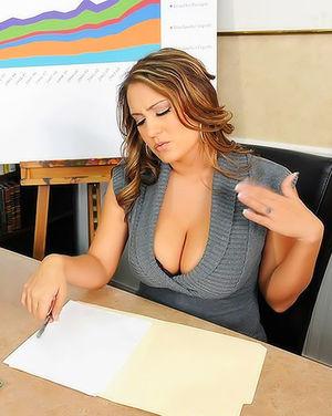 Босс ебет грудастую секретаршу на столе 3 фото