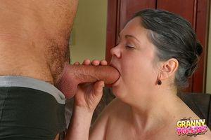 Мужик трахает пожилую даму с мохнатой киской 3 фото