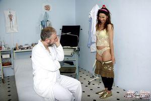Старый доктор поимел молодуху на медосмотре 4 фото