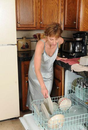 Зрелка разделась на кухне 4 фото