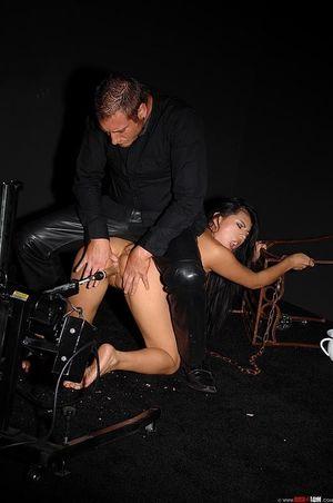 Брюнетка с пирсингом получает оргазм от мастурбации новой секс машиной 7 фото