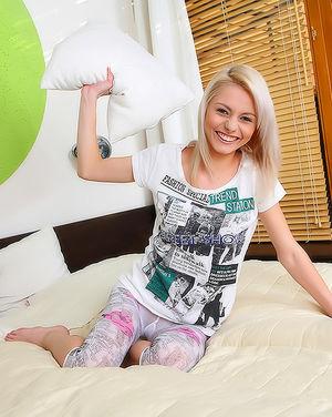Игривая блондинка прячет свои сосочки 1 фото