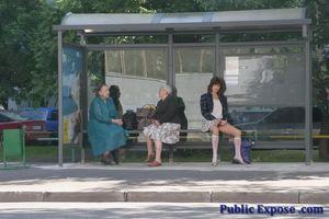 Девушка из России оголяет волосатую пизду в публичных местах 2 фото