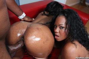 Две сисястые негритянки с большой жопой на черном парне 10 фото