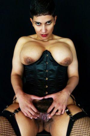 Коротко стриженная дама и ее волосатая киска 7 фото
