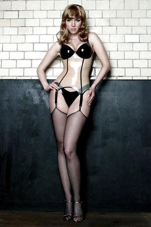 Классная блондинка в чулках и латексе