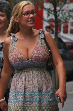 Девушки с огромной грудью в одежде 6 фото