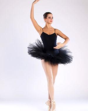 Балерина в чёрной пачке демонстрирует свою классную гладкую пилотку 13 фото