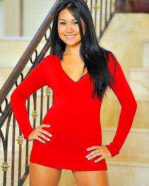 Азиатская скромняжка задрала красное платье 0 фото