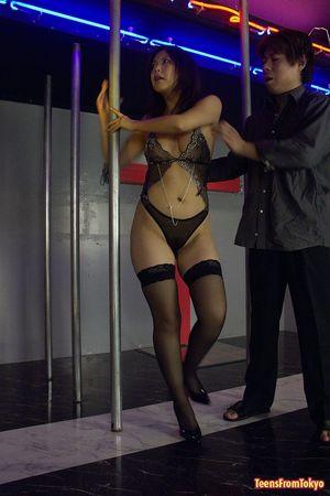 Грудастая азиатка мастурбирует в ночном клубе 1 фото