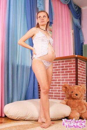 Беременная блондинка фотографируется на память 0 фото