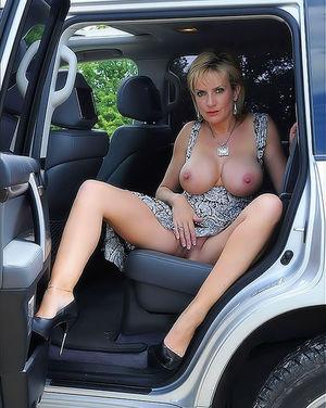 Зрелая женщина в автомобиле вывалила свои большие круглые буфера 6 фото