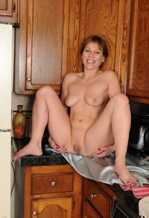 Зрелка разделась на кухне 14 фото