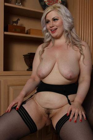 Блондинка с пышными формами 10 фото