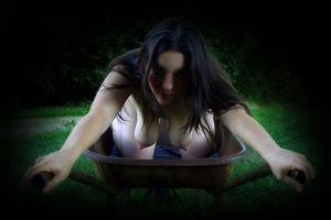 Лупоглазая дамочка разделась в лесу перед бойфрендом 14 фото