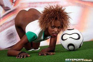Черная спортсменка участвует в интимной фотосессии 10 фото