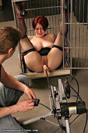 Соблазнительную рыжую жену закрыли в клетке и испытали на ней секс машину 5 фото