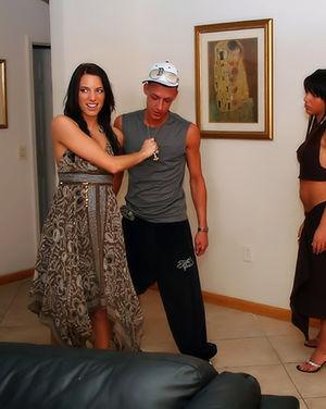 Милые девушки сосут мужикам на вечеринке 3 фото