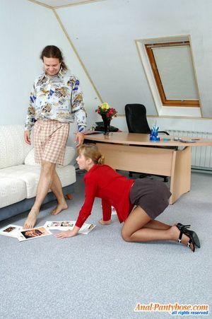 Секретарша ублажает босса на работе. 5 фото