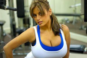 Спортивная деваха с большой грудью
