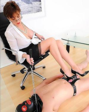 Офисная стерва наказала своего раба